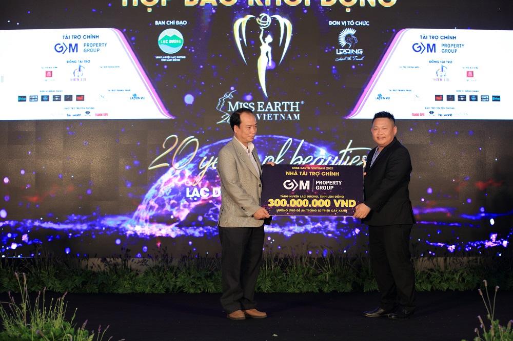ông Trần Ngọc Tùng, đại diện nhà tài trợ chính GM Property Group, đã dành tặng 300 triệu đồng cho Quỹ hưởng ứng trồng 50 triệu cây xanh của huyện Lạc Dương.