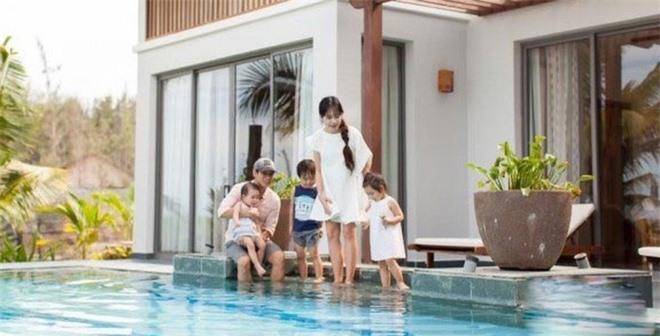 Trong căn biệt thự có bể bơi riêng