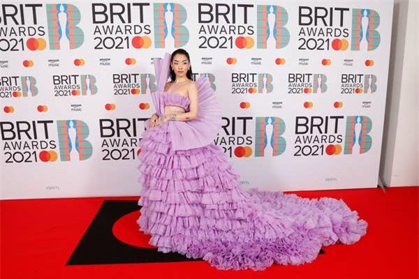 Siêu thảm đỏ BRIT Awards: Taylor Swift bất ngờ mảnh mai, chạm mặt tình cũ nhưng spotlight đổ dồn về màn chặt chém của Dua Lipa - Ảnh 16.