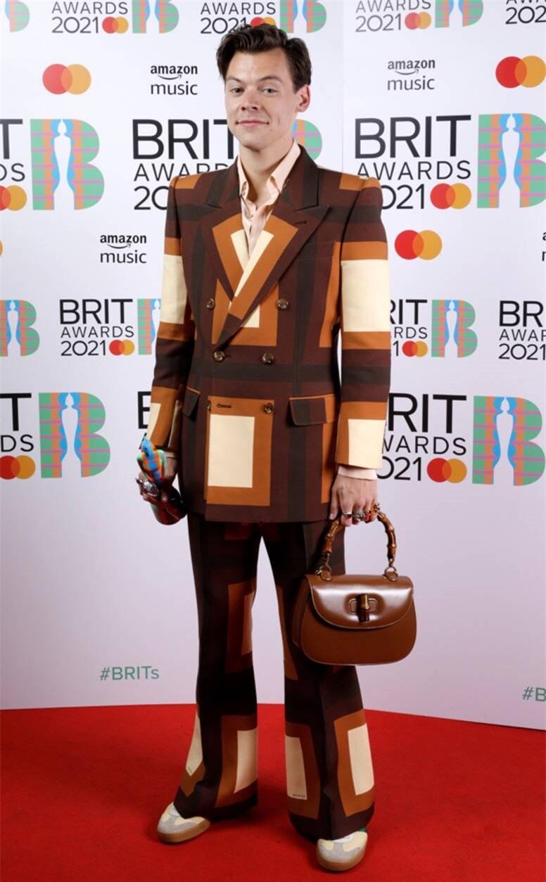 Siêu thảm đỏ BRIT Awards: Taylor Swift bất ngờ mảnh mai, chạm mặt tình cũ nhưng spotlight đổ dồn về màn chặt chém của Dua Lipa - Ảnh 7.