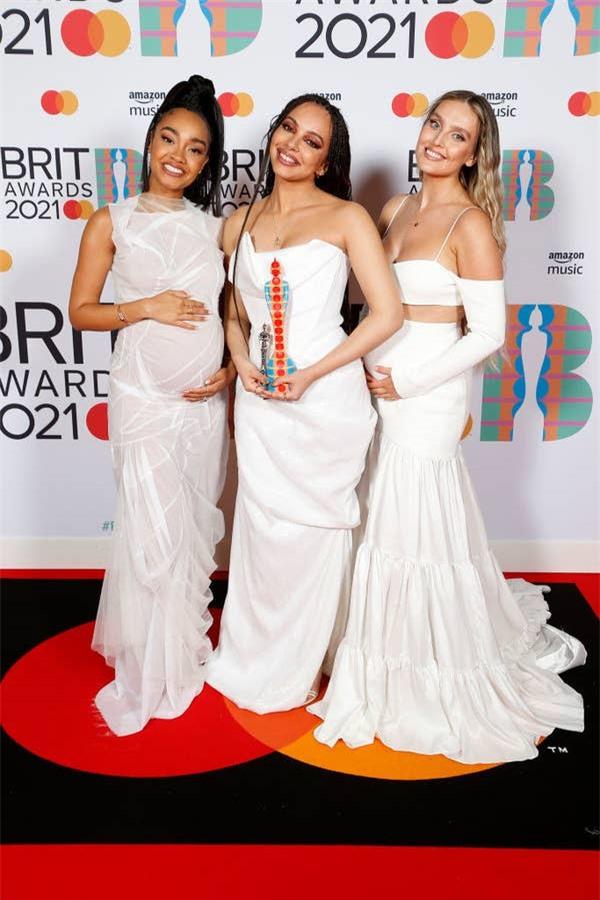 Siêu thảm đỏ BRIT Awards: Taylor Swift bất ngờ mảnh mai, chạm mặt tình cũ nhưng spotlight đổ dồn về màn chặt chém của Dua Lipa - Ảnh 9.