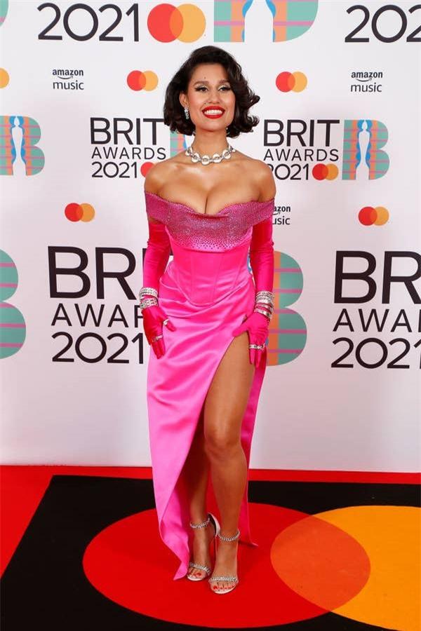 Siêu thảm đỏ BRIT Awards: Taylor Swift bất ngờ mảnh mai, chạm mặt tình cũ nhưng spotlight đổ dồn về màn chặt chém của Dua Lipa - Ảnh 15.