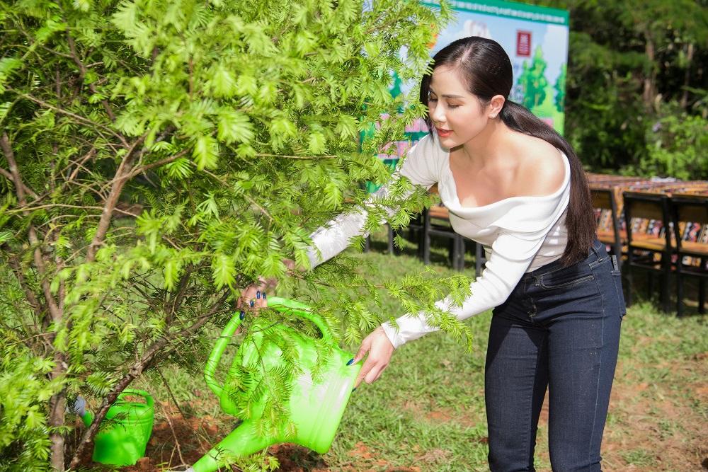 Á hậu Hoàng Hạnh tưới nước cho cây.