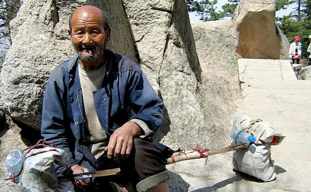 Lão nông nhặt được thanh bảo kiểm gỉ sét ngoài ruộng, đem về mài sắc, chuyên gia tiếc nuối: Cổ vật đã biến thành sắt vụn!