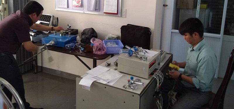 Cán bộ Trung tâm Kỹ thuật Tiêu chuẩn Đo lường Chất lượng tỉnh Lâm Đồng đang thực hiện các dịch vụ kỹ thuật cho khách hàng.