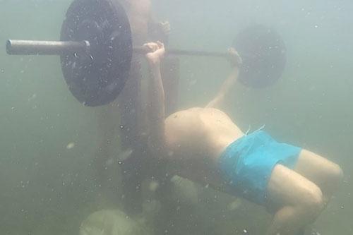CLIP: Lập kỷ lục Guinness nâng tạ 50 kg với 77 lần dưới nước