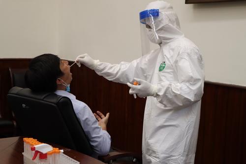 Cơ quan y tế tiến hành lấy mẫu xét nghiệm cho CB-NV TC QLTT trong ngày 12/5.