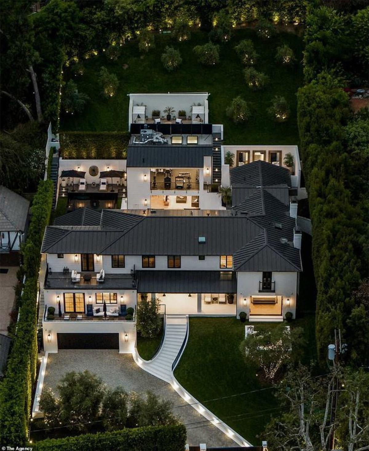 Mới đây, truyền thông quốc tế đưa tin nữ ca sĩ Rihanna vừa tậu căn biệt thự trị giá 13,8 triệu USD (khoảng 318 tỷ đồng) ở Los Angeles, Mỹ.