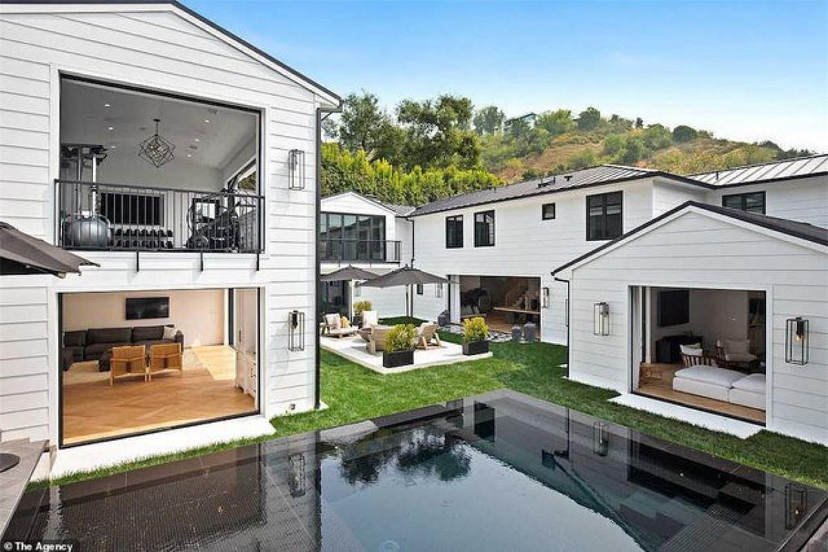 Căn biệt thự nằmbên một sườn dốc phía trên Beverly Hills nhìn ra hẻm núi Coldwater.