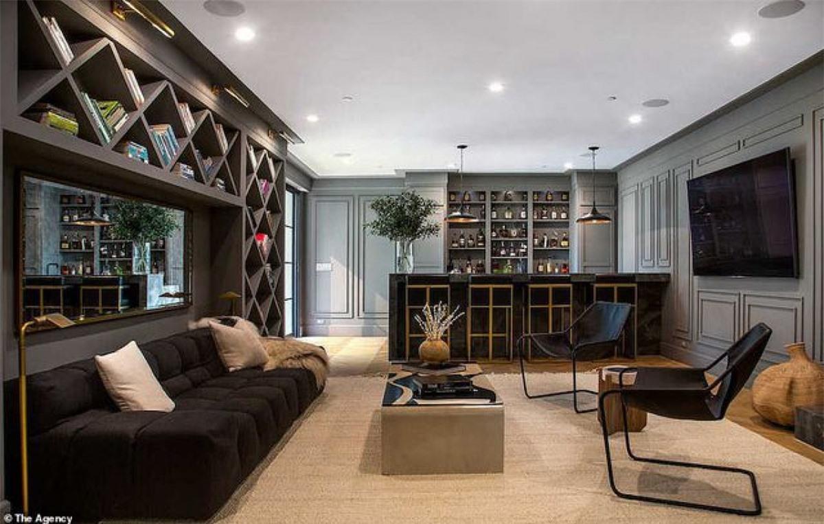 Được xây dựng vào năm 1938, ngôi nhà mới của Rihanna có sự pha trộn giữa phong cách hiện đại và các yếu tố thiết kế truyền thống.