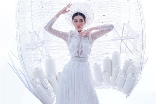 Cận cảnh trang phục dân tộc Khánh Vân trình diễn trong Bán kết Miss Universe 2020, gây trầm trồ nhất là thần thái của nàng Hậu - Ảnh 2.