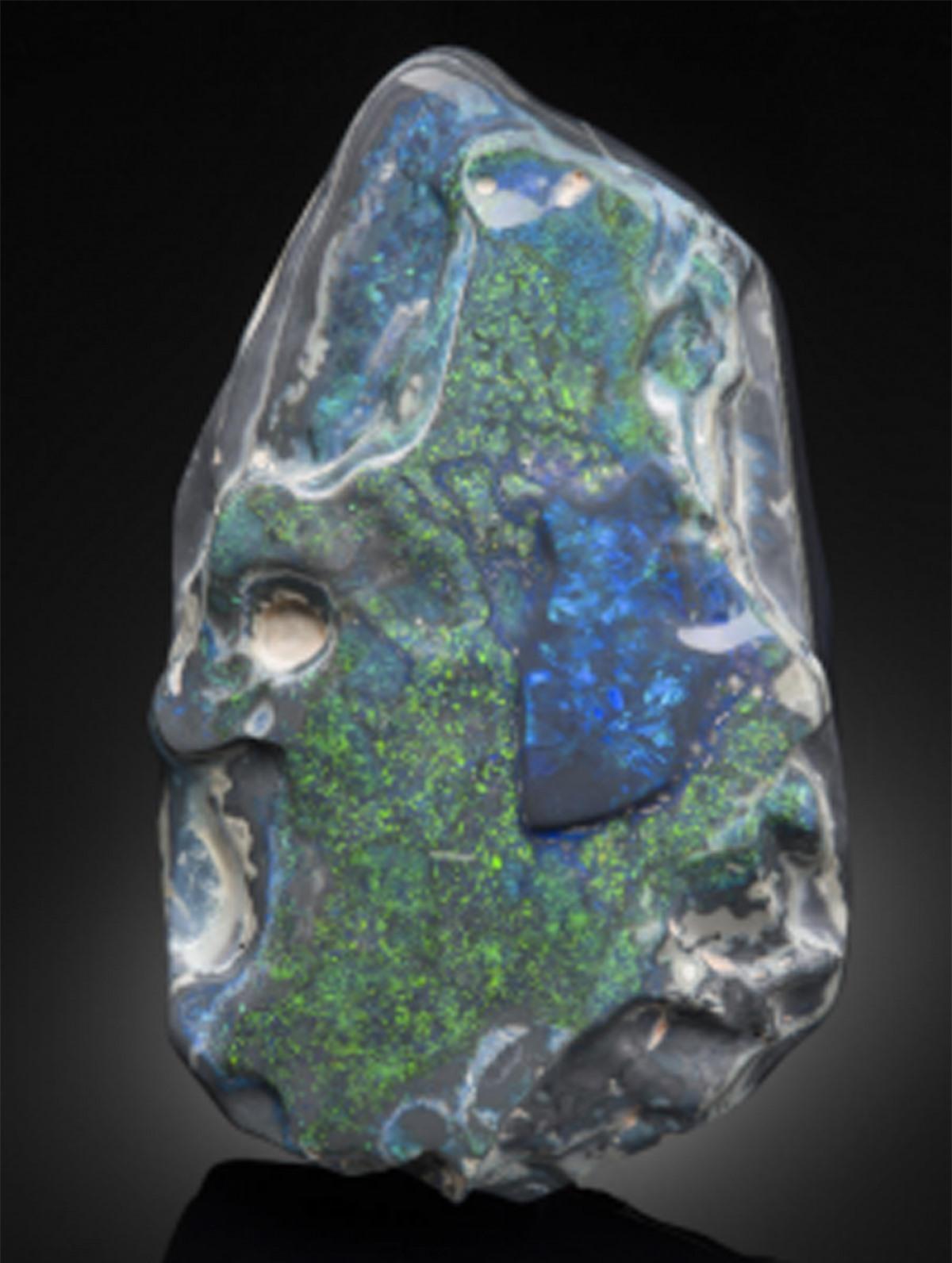 Ngọc mắt mèo đen (Black Opal) có giá 15.000 USD mỗi carat.So với Opal trắng và Opal lửa thì Black Opal chính là loại đắt tiền nhất. Lý do là ngọc mắt mèo đen hội tụ đầy đủ các màu sắc và có khả năng tán xạ ánh sáng tạo ra những vạch màu quang phổ lấp lánh./.