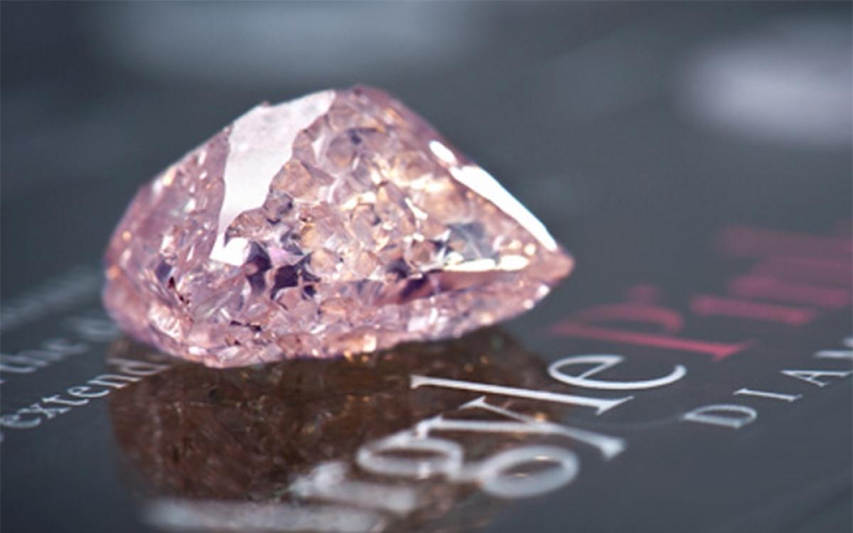 Viên kim cương hồng Pink Diamond có giá 1,19 triệu mỗi carat. Tỷ lệ hiếm có về màu sắc khiến nó có giá trị đắt đỏ. Ước tính, chỉ có 0,0001% trong số các loại kim cương mang màu sắc này.