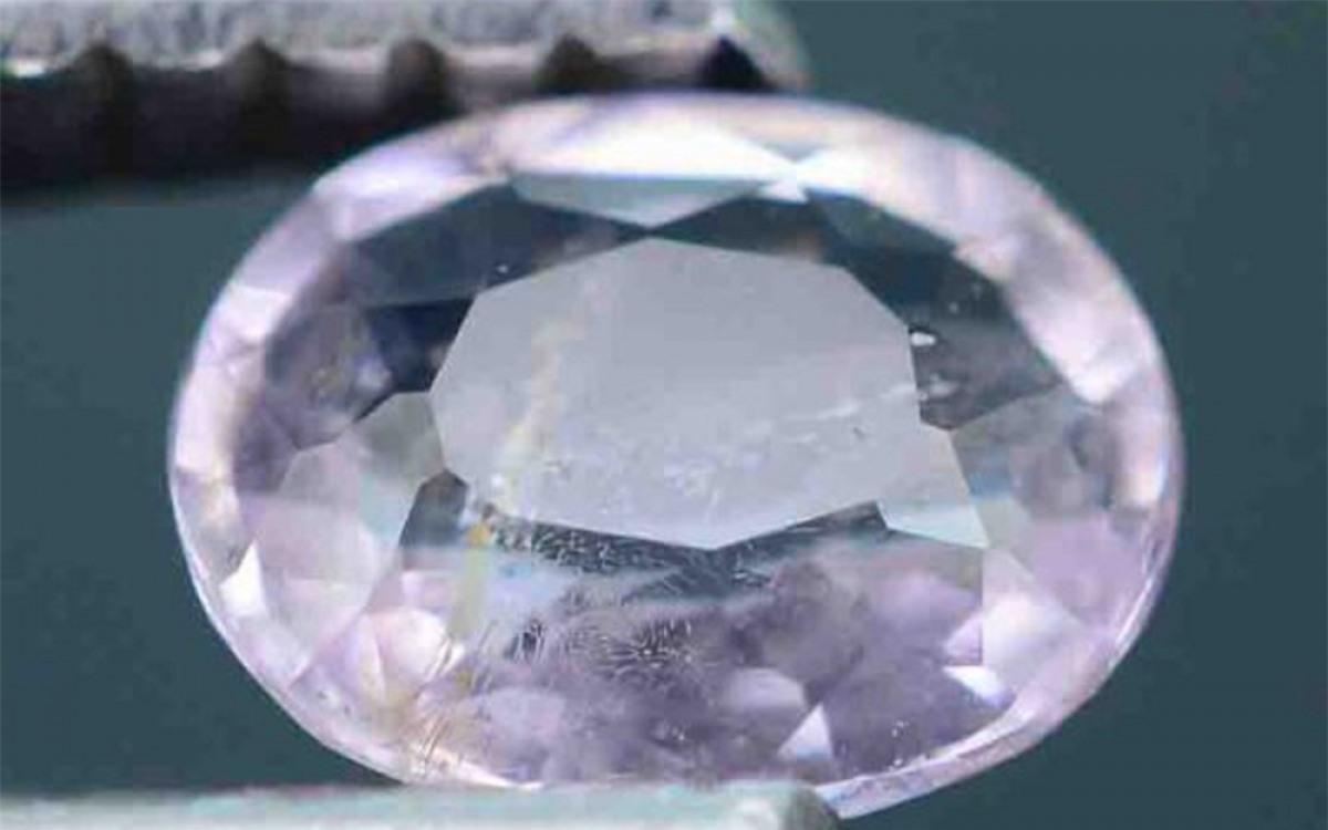 Được tìm thấy ở Dublin (Ireland) vào năm 1945, viên đá quý Taaffeite được định giá 35.000 cho mỗi carat. Đến nay mẫu đá quý này chỉ còn vài mẫu, và được đánh giá là một trong những loại đá quý hiếm nhất thế giới.
