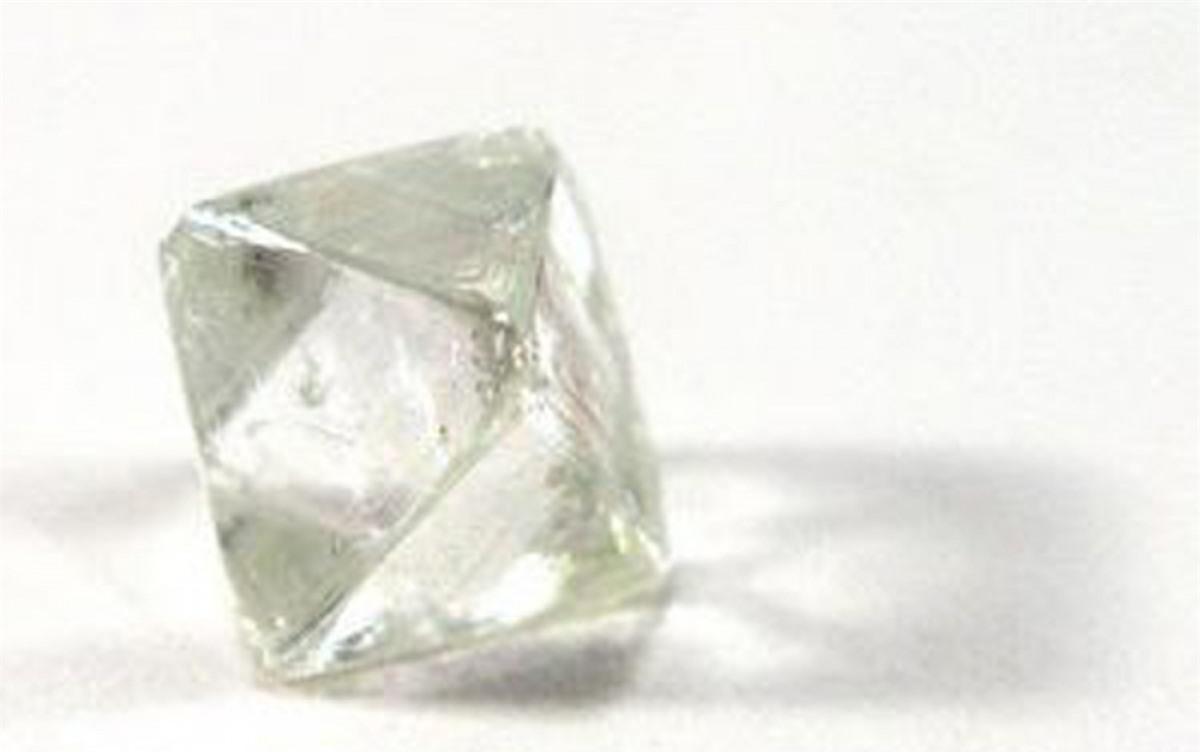 Mỗi carat của viên kim cương này có giá15.000 USD.