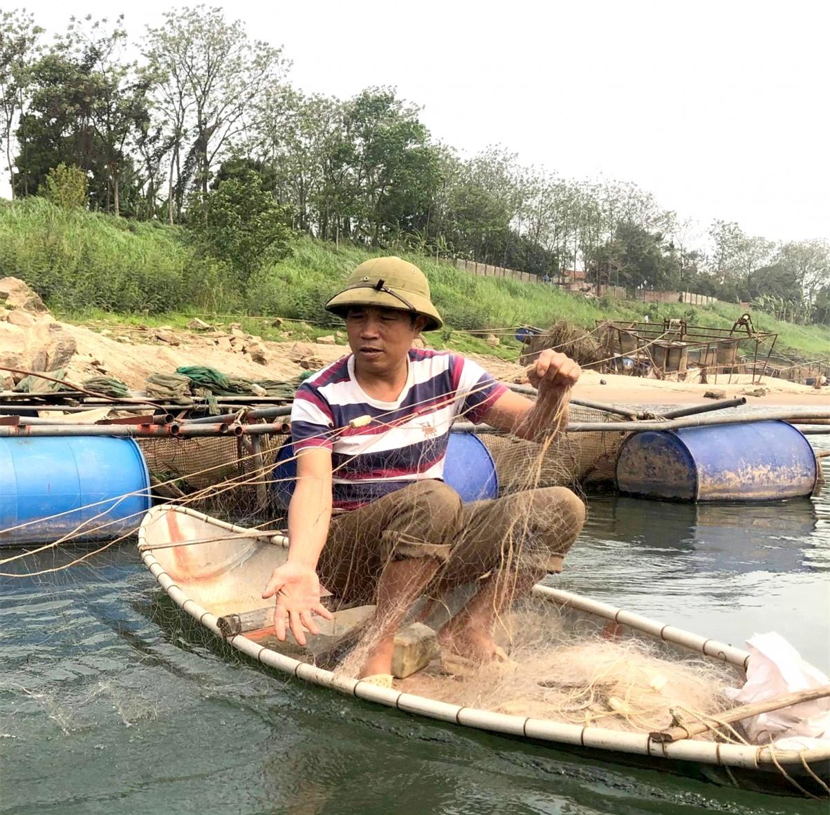 Săn cá ngạnh - giống cá da trơn, ngon nức tiếng dọc dòng Đà giang hùng vĩ - là một thú vui và cũng là nghề mang lại nguồn thu nhập khá cho ngư dân mưu sinh trên lòng hồ sông Đà.