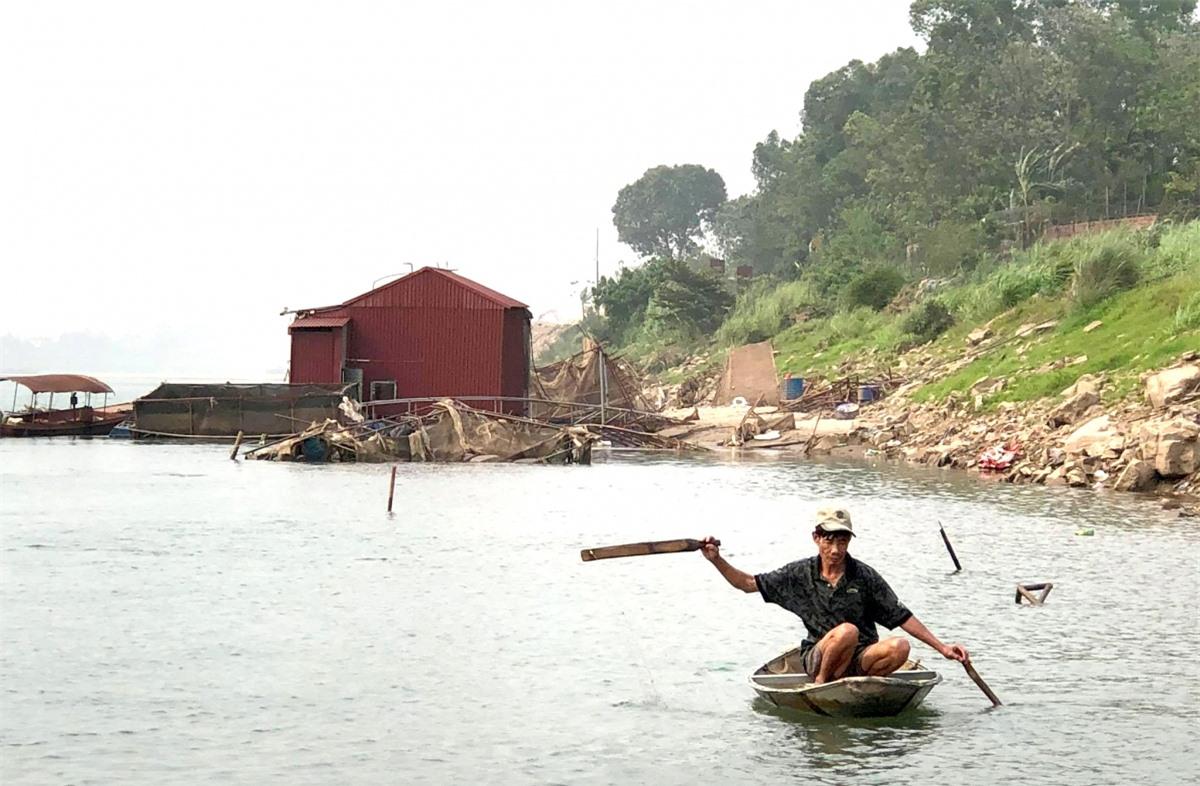Có những ngư dân theo đuổi nghề đánh bắt cá trên dòng sông Đà nhiều năm liền.