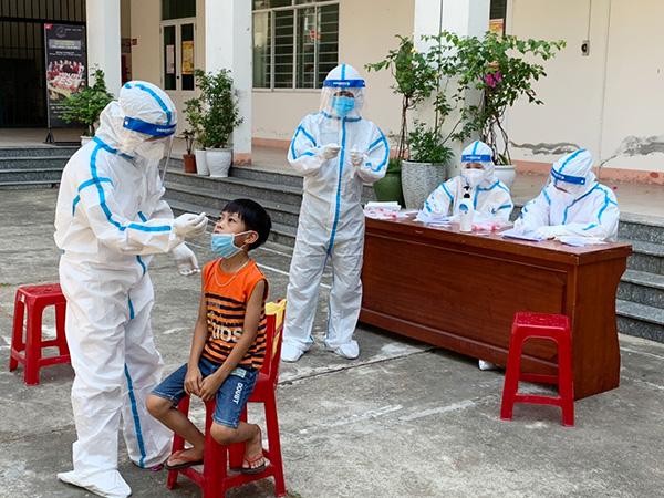 TTYT quận Liên Chiểu lấy mẫu xét nghiệm cho người dân ở phường Hòa Hiệp Bắc có liên quan ca nghi nhiễm SARS-CoV-2 hôm ngày 9/5