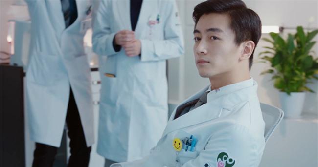 Mê mẩn với tạo hình bác sĩ nha khoa cực điển trai của Trần Hiểu - Ảnh 3.