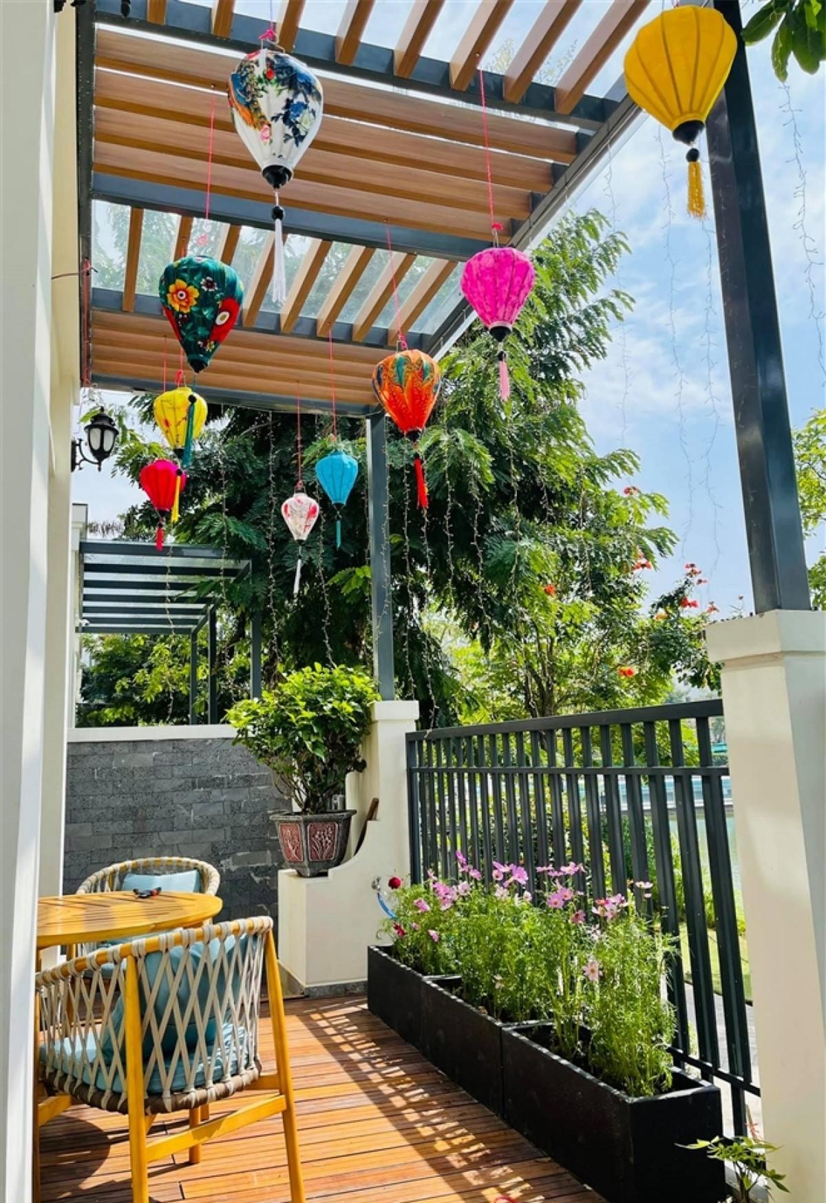 Vân Hugo rất yêu ngôi nhà này. Cô dành nhiều thời gian chăm chút cho căn biệt thự, trang hoàng nhà cửa và nấu ăn. Trong ảnh là khu ban công đầy hoa và nắng, một góc đẹp trong nhà của nàng MC.