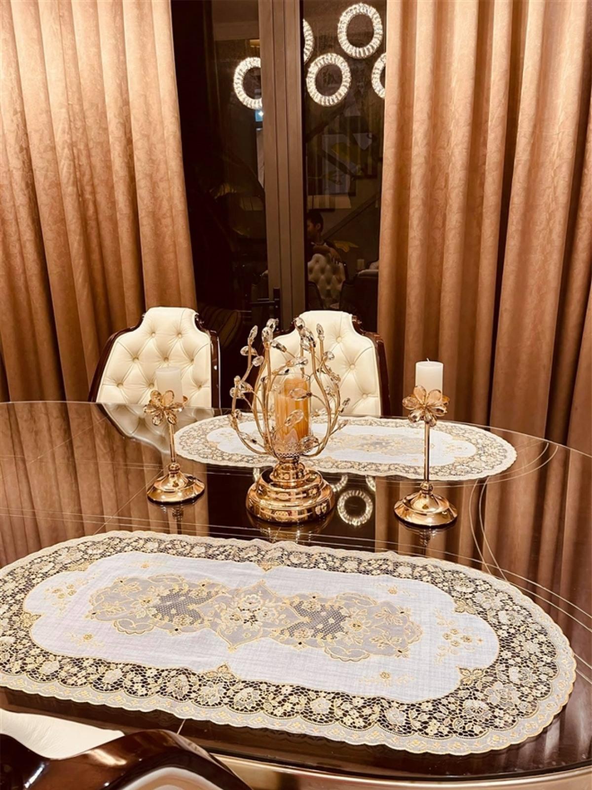 Góc bàn ăn nhà nàng MC mang phong cách hoàng gia.