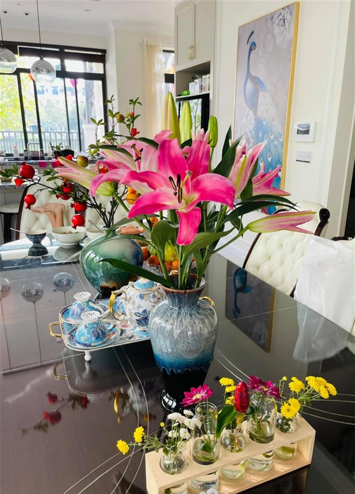 Mỗi ngày, MC đều trang trí nhà mình bằng hoa tươi để làm mới cuộc sống.