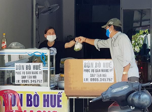 Chủ tịch UBND TP Đà Nẵng yêu cầu tiếp tục thực hiện việc bán mang về, cấm bán hàng ăn, uống tại chỗ