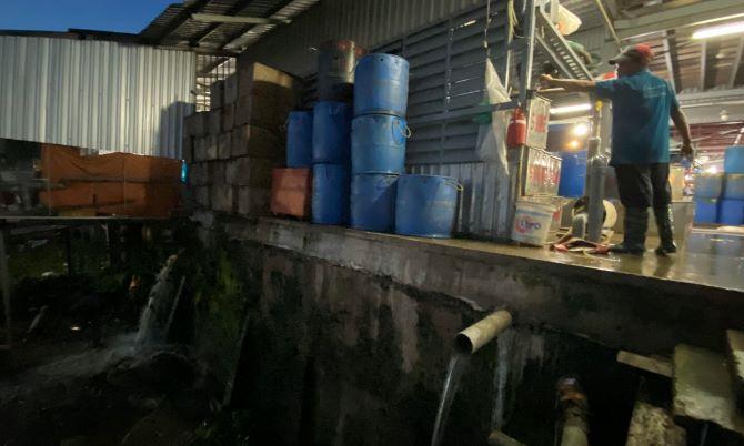 Không có giấy phép xả thải, vì sao chợ đầu mối thủy hải sản ở An Giang vẫn hoạt động?