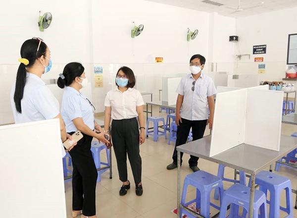 Kiểm tra việc chấp hành các biện pháp phòng, chống dịch ở bếp ăn tập thể của Công ty CP Thủy sản Miền Trung trong KCN Dịch vụ thủy sản Thọ Quang