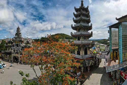 """Độc đáo ngôi chùa bằng """"ve chai"""" có một không hai tại Việt Nam"""