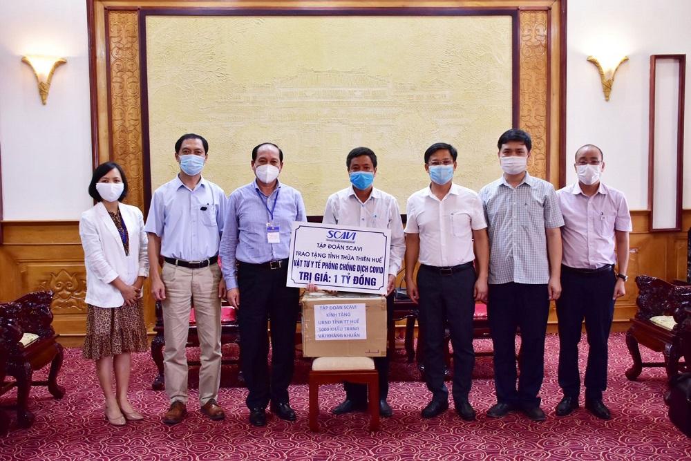 Đại diện Tập đoàn Scavi hỗ trợ thiết bị phòng chống dịch cho UBND tỉnh Thừa Thiên Huế.