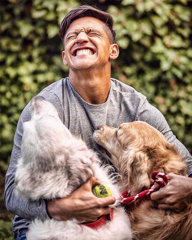Soi cún cưng của các siêu sao: Ronaldo dùng chó để tán gái, Messi thì sở hữu anh bạn cực bự nhưng chó của Beckham mới là sướng nhất - Ảnh 2.