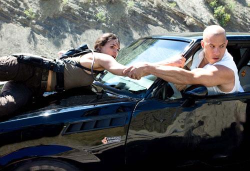 Những pha hành động phi lý tới kỳ quặc của 'Fast and Furious'