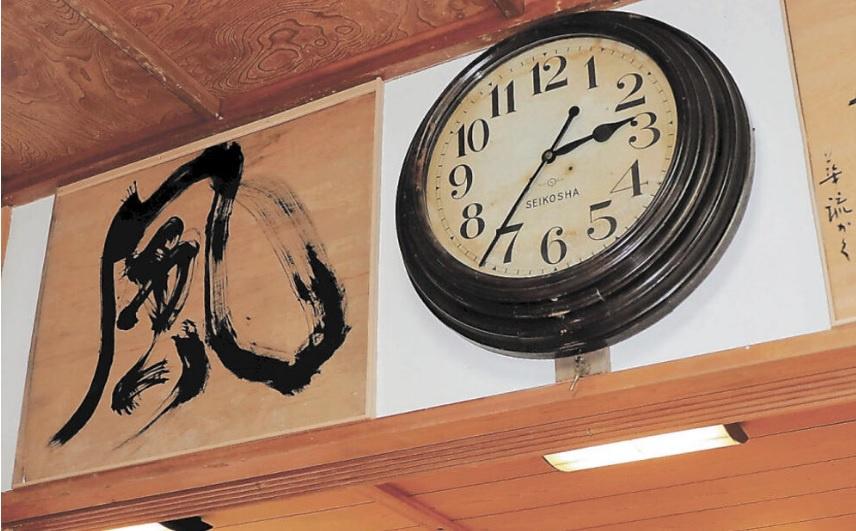 Chiếc đồng hồ hỏng bất ngờ chạy trở lại sau trận động đất hôm 13/2. Ảnh: Twitter/Kahoku.