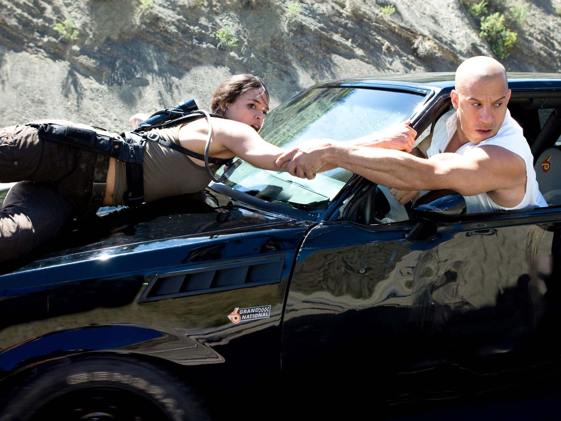Màn trốn thoát bằng xe chở dầu trong Fast & Furious (2009): Trong cảnh phim, một chiếc xe bồn đang băng qua sa mạc, kéo theo những téc dầu trị giá nhiều triệu USD. Nhóm của Dom (Vin Diesel) áp sát chiếc xe, âm mưu thực hiện vụ trộm ở tốc độ chết người. Nhiệm vụ của họ là tách từng téc dầu khỏi chiếc xe và sau đó bỏ trốn với số nhiên liệu quý giá.