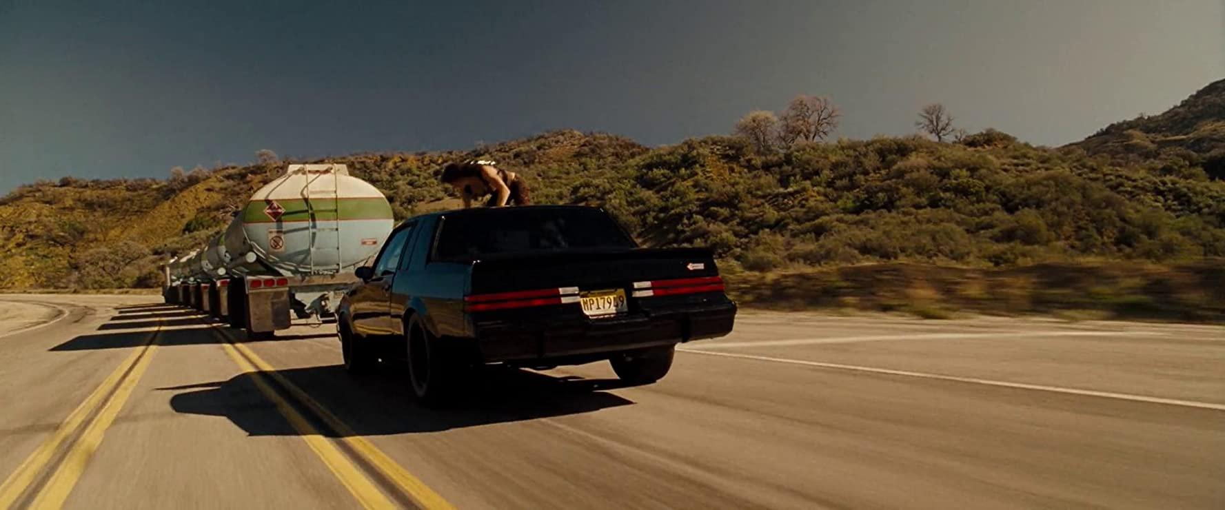 Tuy nhiên, mọi chuyện diễn ra không như kế hoạch, khiến Dom và Letty (Michelle Rodriguez) bị kẹt lại trong một hẻm núi, bên này là đầu xe bồn đã bị lật nghiêng, bên kia là téc dầu đang bốc cháy liên tục lộn nhào và tiến dần về phía họ. Cảnh phim xứng đáng là cao trào khép lại một bộ phim hành động hóa ra chỉ là màn khởi động của Fast & Furious khi Dom xuất sắc canh trúng thời điểm, và lao xe đi ngay khi téc dầu cháy bùng bùng lật qua đầu họ, đâm sầm vào chiếc xe chặn ở bên kia và nổ tung.