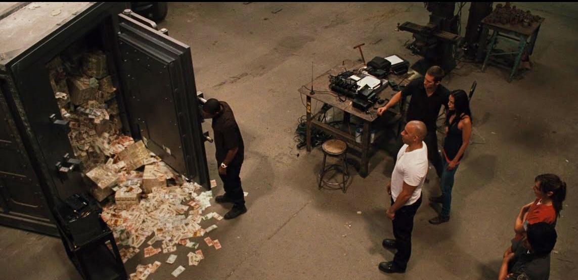 Vụ cướp két sắt trong Fast Five: Cao trào của phần phim diễn ra tại Rio de Janeiro. Nhóm của Dom quyết định cướp tiền trong két sắt của tay trùm ma túy tàn bạo Reyes. Nhưng thay vì tìm cách đột nhập vào bên trong và lấy tiền ra như lẽ thường, những người bạn quyết định sẽ cướp cả chiếc két có kích thước bằng một căn phòng, buộc nó vào sau chiếc Dodge Chargers và kéo đi lòng vòng trên phố.