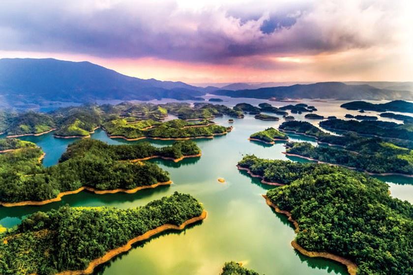 """Hồ Tà Đùng là một trong những thắng cảnh đặc sắc nhất của vùng Tây Nguyên. Từ lâu, Hồ Tà Đùng còn được biết đến với biệt danh """"vịnh Hạ Long của Tây Nguyên"""". Ảnh: Báo Đắk Nông."""