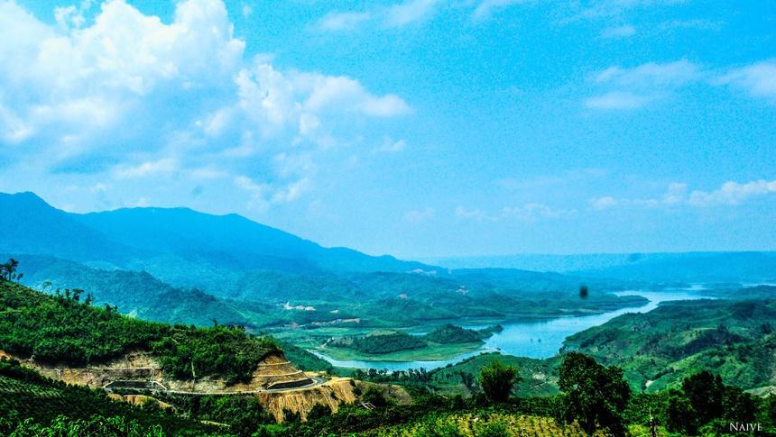Theo Atlas Địa lý Việt Nam, hồ Tà Đùng có diện tích mặt nước lên tới 5.000 ha thuộc địa phận hai xã Đắc P'lao, Đắk Som, huyện Đắk Glong, tỉnh Đắc Nông. Được bao bọc xung quanh bởi khoảng 40 hòn đảo lớn nhỏ, rừng xanh trên đảo, tạo cho hồ có khí hậu trong lành, mát mẻ, phù họp nghỉ dưỡng. Nhiều năm nay, hồ Tà Đùng là điểm du lịch lý tưởng cho du khách có sở thích khám phá thiên nhiên. Ảnh: Nhật Nam.