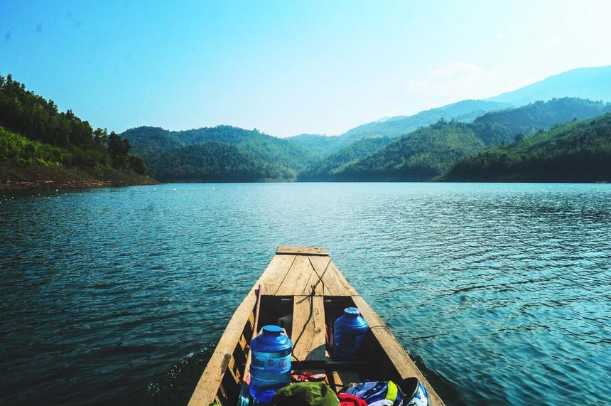 Thời điểm lý tưởng nhất để tham quan hồ Tà Đùng là từ tháng 8 đến tháng 12 hàng năm. Vào thời điểm này, nước hồ dâng cao, trong xanh, cây cối trên các hòn đảo xanh mướt, là thời điểm giúp du khách ngắm trọn vẻ đẹp ngất ngây của thắng cảnh này. Ảnh: Nhật Nam.