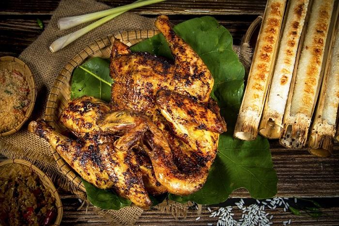 Đến với hồ Tà Nùng, du khách không chỉ được đắm mình trong bức tranh thủy mặc của Tây Nguyên, còn có cơ hội để thưởng thức những món ẩm thực đặc sản của đồng bào Tây Nguyên như rượu cần, gỏi kiến vàng, gà nướng cơm lam… Ảnh: Báo Du lịch.