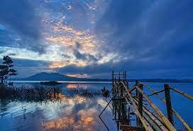 """Ngoài thắng cảnh """"vịnh Hạ Long Tây Nguyên"""" ở Tà Nùng, Đắk Nông còn sở hữu hồ Ea Snô thuộc xã Đắk Rồ, huyện Krông Nô, cách thị xã Gia Nghĩa 125 km về phía đông bắc. Có diện tích mặt nước 80 ha, nhiều thẳng cảnh thiên nhiên đẹp, hồ Ea Snô còn được xem là """"hồ nước đẹp nhất ở Đắk Nông"""". Ảnh: Báo Du lịch."""