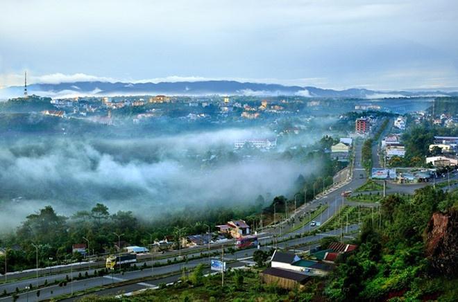 Đắk Nông là cửa ngõ phía Nam của Tây Nguyên, nơi cư trú của hơn 40 dân tộc như dân tộc kinh, M'Nông, Tày, Thái, Ê Đê, Nùng… Trong đó, dân tộc Kinh chiếm tỷ lệ khoảng 65,5%, M'Nông chiếm 9,7%, các dân tộc khác chiếm tỷ lệ nhỏ. Tỉnh lỵ của tỉnh này là thành phố Gia Nghĩa. Ảnh: Du lịch Tây Nguyên.