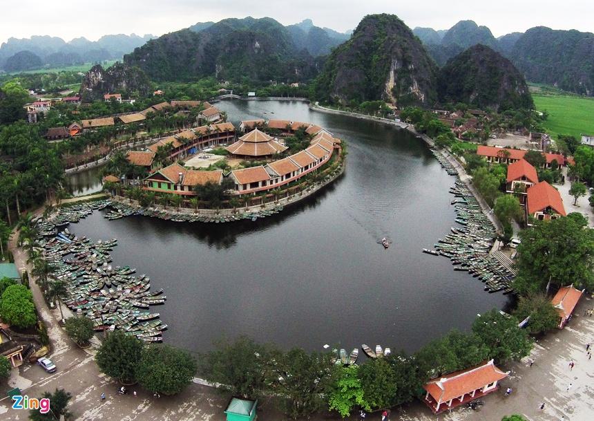 """Tam Cốc – Bích Động là quần thể hang động danh thắng thuộc xã Ninh Hải, huyện Hoa Lư, tỉnh Ninh Bình. Tam Cốc – Bích Động còn được biết đến với những cái tên nổi tiếng như """"vịnh Hạ Long trên cạn"""", """"Nam thiên đệ nhị động"""", nằm trong Quần thể danh thắng Tràng An - Tam Cốc được Thủ tướng chính phủ xếp hạng là di tích quốc gia đặc biệt và đã được tổ chức UNESCO xếp hạng di sản thế giới. Ảnh: Mạnh Thắng, Hoàng Anh."""