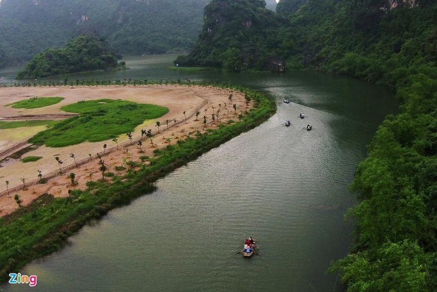 """Tam Cốc, có nghĩa là """"ba hang"""", gồm hang Cả, hang Hai và hang Ba. Cả ba hang đều được tạo thành bởi dòng sông Ngô Đồng xuyên qua núi. Tam Cốc là tuyến du thuyền được khai thác đầu tiên ở khu du lịch Tam Cốc – Bích Động. Bích Động là thắng cảnh nằm cách bến Tam Cốc 2 km, có nghĩa là """"động xanh"""", là tên do tể tướng Nguyễn Nghiễm, cha của đại thi hào Nguyễn Du đặt năm 1773. Bích Động được xem là động đẹp, xếp thứ 2 ở Việt Nam chỉ sau động Hương Tích. Ảnh: Mạnh Thắng, Hoàng Anh."""