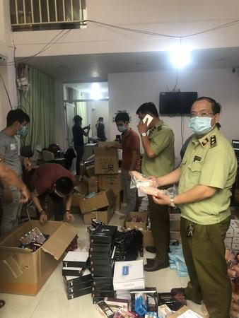Lực lượng kiểm tra điểm chứa trữ, kinh doanh hàng hóa tại địa chỉ số 14-C8 khu phố 3, phường Thạnh Lộc, Quận 12