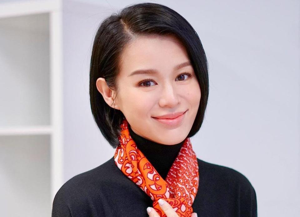 Hồ Hạnh Nhi: Hồi tháng 1/2021, nữ diễn viên 41 tuổi tham gia show truyền hình Một ngày với Lỗ Dự và tiết lộ chuyện quá khứ về mẹ đẻ của cô. Năm 7 tuổi, Hồ Hạnh Nhi chứng kiến mẹ cô bỏ rơi gia đình để chạy theo tình mới, bất chấp việc 3 người con của bà đều còn nhỏ. Trải lòng trong chương trình, ngôi sao Hong Kong cho biết đến giờ, cô vẫn không hiểu vì sao mẹ lại phản bội bố con cô.