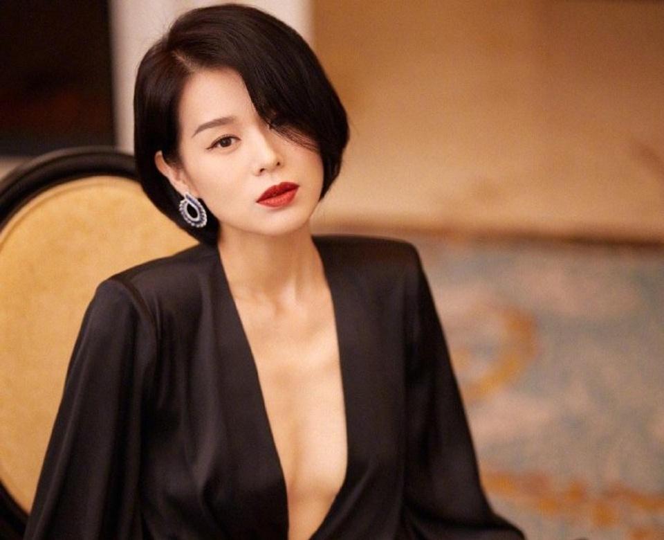 Sau khi mẹ bỏ đi, một tay bố của Hồ Hạnh Nhi nuôi dưỡng 3 người con khôn lớn. Theo ifeng, nhiều năm qua, nữ diễn viên vẫn duy trì thái độ xa lánh với mẹ đẻ. Mặc dù vậy, cô vẫn giữ liên lạc và biết rõ tình hình sức khỏe hiện tại của bà.