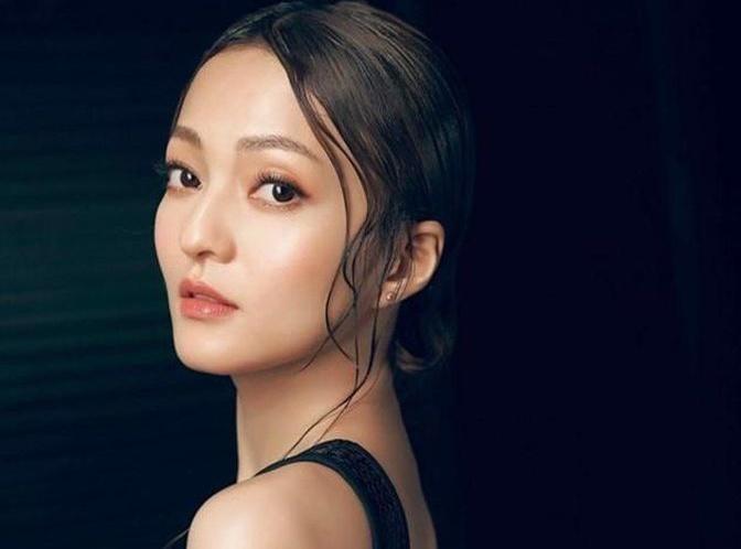 Trương Thiều Hàm: Theo 163, ngôi sao 39 tuổi từng là nữ hoàng nhạc Pop và diễn viên được yêu thích tại Đài Loan. Tuy nhiên, sự nghiệp của Trương Thiều Hàm trong làng giải trí gần như đã bị phá hủy bởi bố mẹ ruột của cô. Năm 2008, bố mẹ của nữ ca sĩ lên tiếng tố cáo Trương Thiều Hàm bất hiếu, không phụng dưỡng đấng sinh thành.