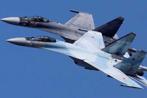 Máy bay tiêm kích Sukhoi Su-35 của đội nhào lộn trên không Sokoly Rossii (Chim ưng Nga) bay theo đội hình trong buổi diễn tập cho một buổi trình diễn trên không ở Krasnoyarsk, Nga. Ảnh: Ilya Naymushin / Reuters.